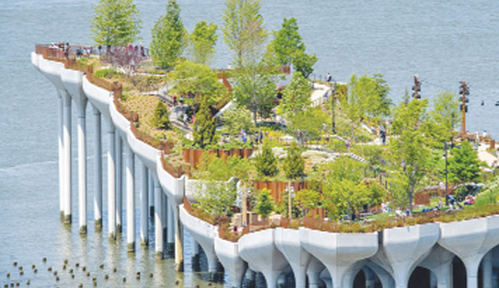 New Yorkers enjoy new park floating on Hudson River