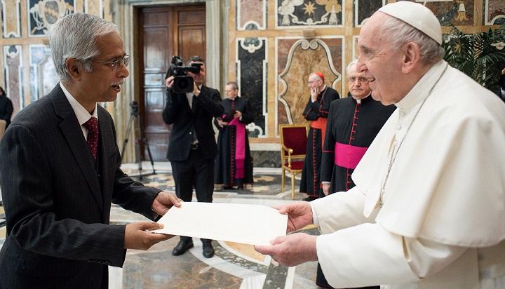 Pope Francis praises Hasina's visionary leadership and generosity in providing shelter to Rohingyas