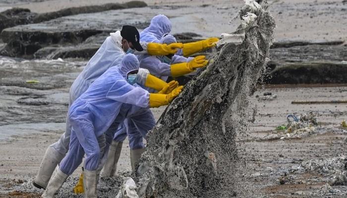 Plastics from burning ship cover Sri Lanka beach