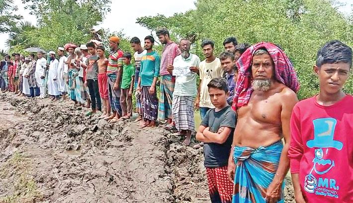A human chain on Madhyamgram embankment