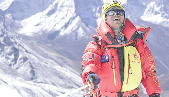 First blind Chinese mountaineer climbs Everest