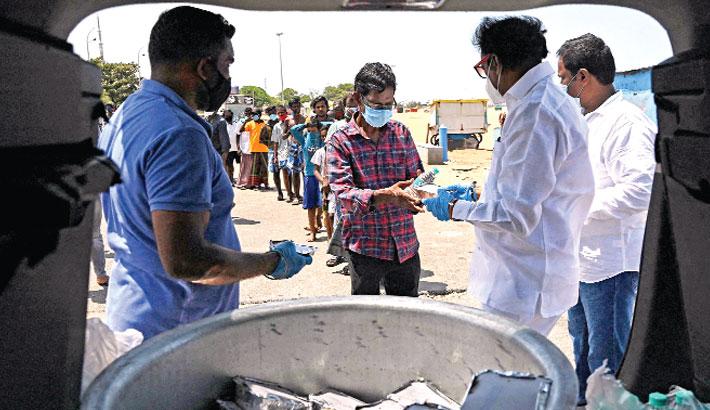 Volunteers distribute food in Tamil Nadu state