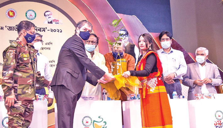 Ispahani Chairman receives clone tea sapling BT-23 from commerce minister