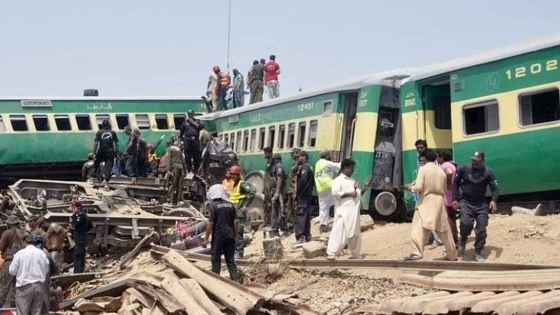 34 killed as two trains collide in southern Pakistan