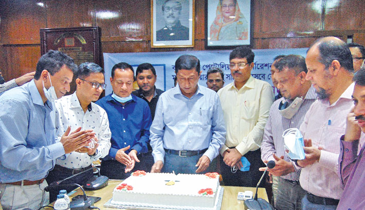 Cuts a cake on the occasion of his first visit to the BPC Head Office