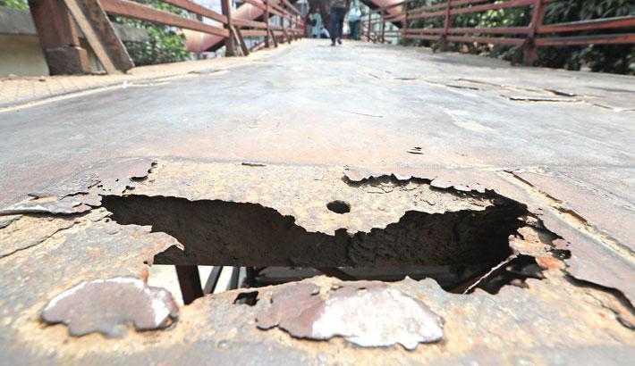 The footbridge connecting Kamalapur Railway Station with Mugda