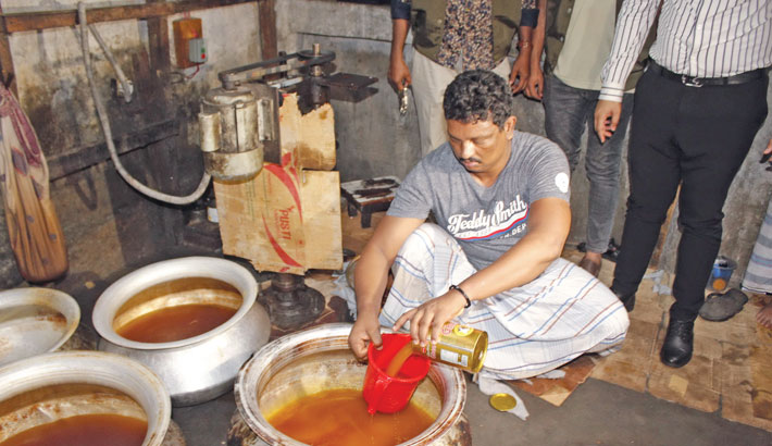 Adulterated ghee is being produced at a factory in Old Dhaka's Begum Bazar area