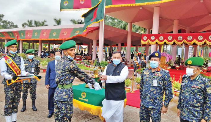 Home Affairs Minister Asaduzzaman Khan hands over a crest to a meritorious trainee of six months Ansar basic training of 21st batch (male) at Ansar and VDP Academy in Gazipur on Wednesday.               —SUN PHOTO