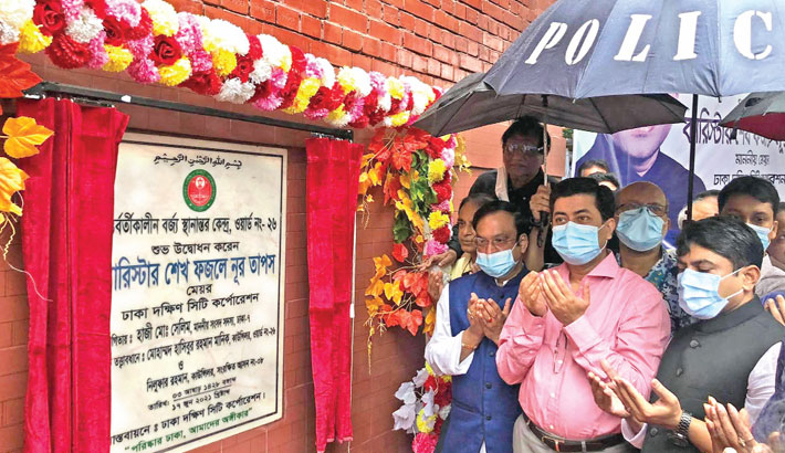 DSCC Mayor Sheikh Fazle Noor Taposh along with others offers munajat after inaugurating a secondary garbage transfer station at Ward 26 in the capital on Thursday.     —SUN photo