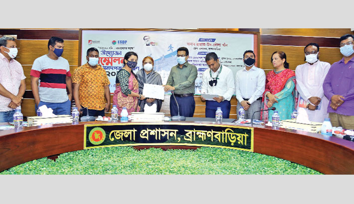 Hand over certificates to young entrepreneurs