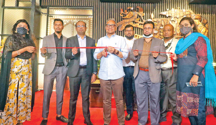 Kaler Kantho Editor Imdadul Haq Milan cuts a ribbon to inaugurate 'ICCB Heritage Restaurant' at International Convention City Bashundhara (ICCB) in the capital on Monday. ICCB Chief Operating Officer MM Jasim Uddin was present on the occasion. —SUN photo