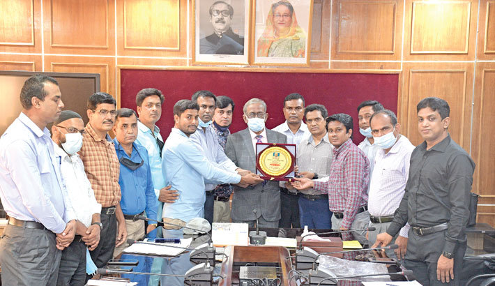 Leaders of the Officers Association of Begum Rokeya University, Rangpur greet newly-appointed Vice-Chancellor Professor Dr Md Hasibur Rashid by presenting him a crest at his office on the campus on Monday.—Sun Photo