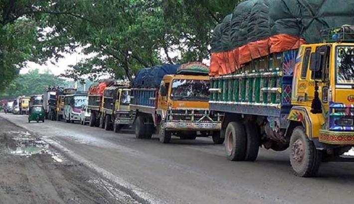Dhaka-bound vehicles diverted to opposite direction at Daudkandi