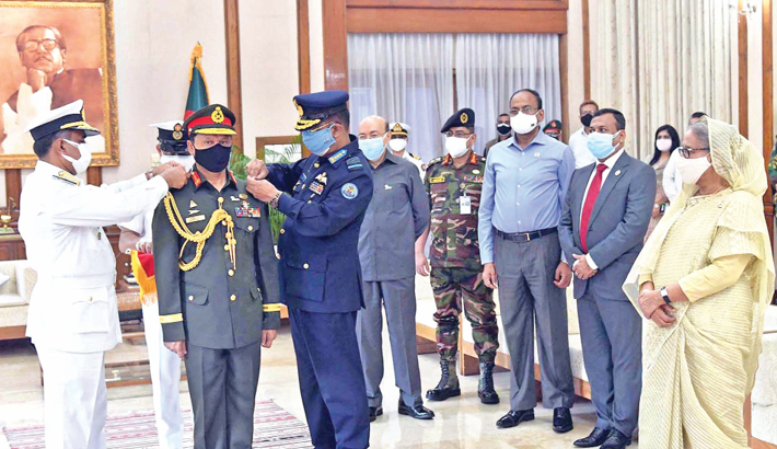 In the presence of Prime Minister Sheikh Hasina, newly-appointed Chief of Army Staff SM Shafiuddin Ahmed is adorned with the rank badge of 'General' by Chief of Naval Staff Admiral M Shaheen Iqbal and Chief of Air Staff Air Marshal Shaikh Abdul Hannan at Ganabhaban on Thursday.  -  PID photo