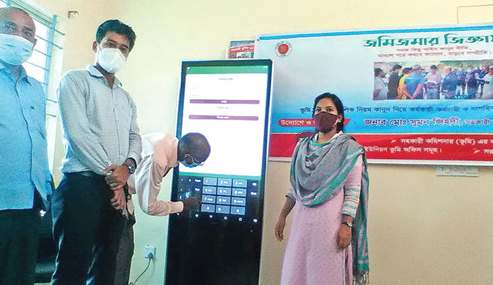 Badalgachhi Upazila Nirbahi Officer (UNO) Alpana Yeasmin and Assistant Commissioner (Land) Sumon Zihadi inaugurate touch screen display Kiosk machine at the upazila land office of Naogaon on Thursday. All citizens of the upazila will be able to take services from here for free of costs.— Sun Photo