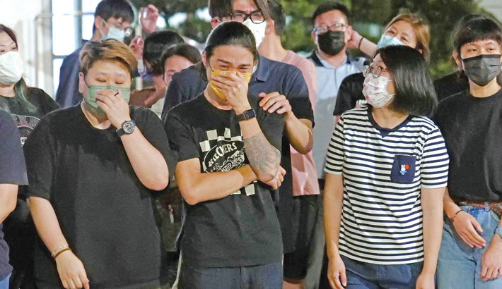 Hong Kong bids emotional farewell to Apple Daily