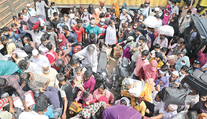 People cram into a ferry at Shimulia Ghat in Munshiganj on Saturday to cross the river Padma amid the risk of coronavirus infection. A large number of people are leaving the capital after the government has announced a seven-day countrywide lockdown from Monday to curb further spread of the virus.– SUNPHOTO