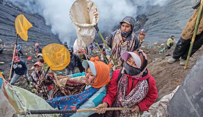 Thousands climb Indonesian volcano for ritual sacrifice