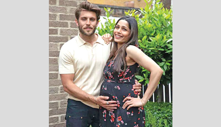 Freida announces pregnancy