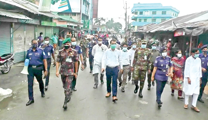 Law enforcement agencies led by Deputy Commissioner of Kurigram Md Rezaul Karim visit different streets of the district town on Thursday to ensure social distancing and implementation of complete lockdown. The photo was taken from Ziabazar area.— Sun Photo