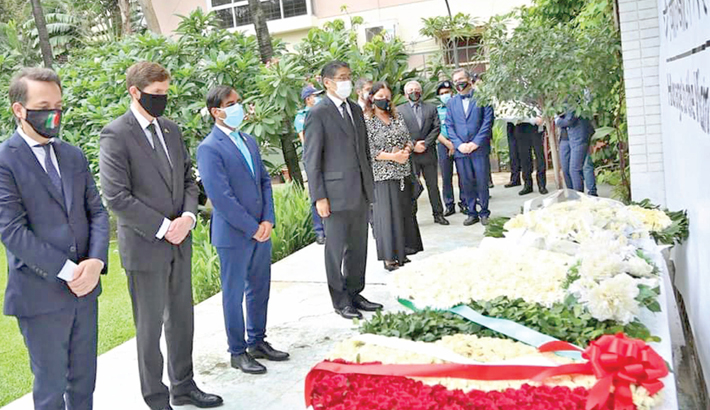 Diplomats pay tributes to victims