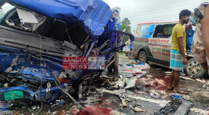 5 killed in pickup van-ambulance collision in Tangail
