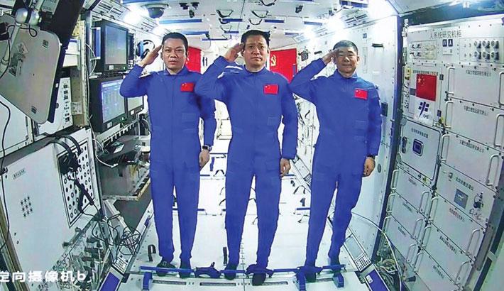 Chinese astronauts make space walk