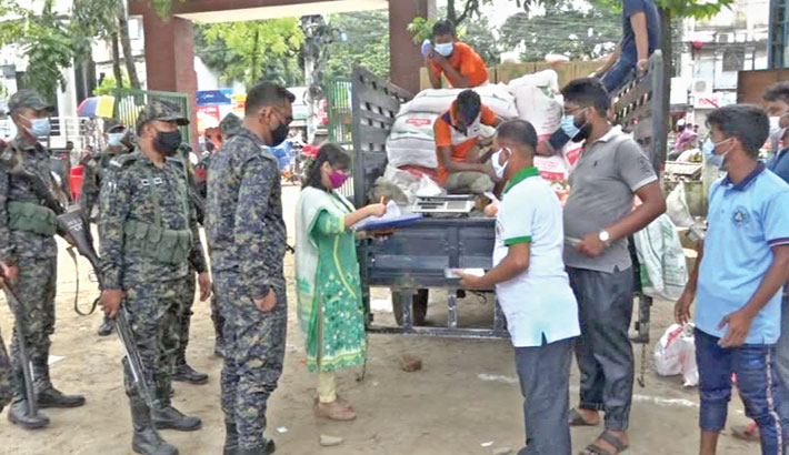 Brahmanbaria District Administration in cooperation with the state-run Trading Corporation of Bangladesh (TCB) inaugurates sale of essentials through trucks on Tuesday to provide the items to low-income groups at fair prices amid the corona pandemic. — Sun Photo