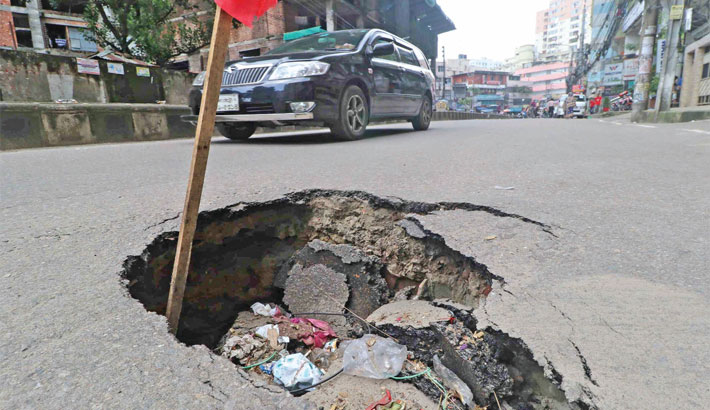 A portion of the busy road in the capital's Elephant Road area subsides, posing risk of accidents. It is alleged that low-quality bitumen is often used for construction of roads. The photo was taken on Saturday. – SUN PHOTO