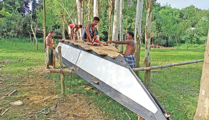 Boat makers struggle to survive in Shariatpur