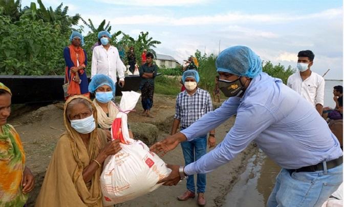 Bashundhara Group distributes relief at char areas in Gaibandha