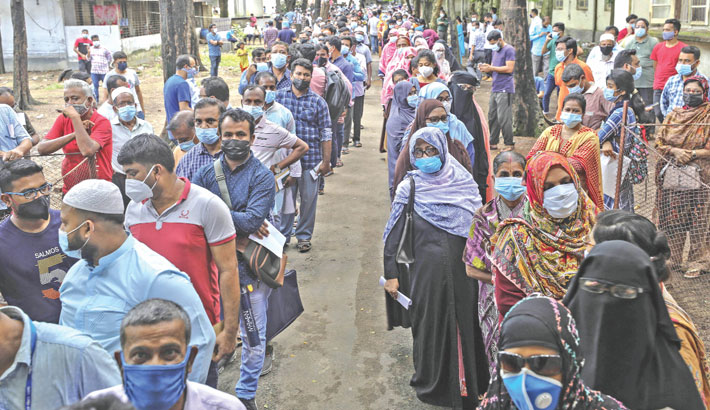 Hundreds of people queue for vaccine at Chattogram Medical College Hospital following the worsening corona situation in the country. The photo was taken on Wednesday. —Rabin chowdhury