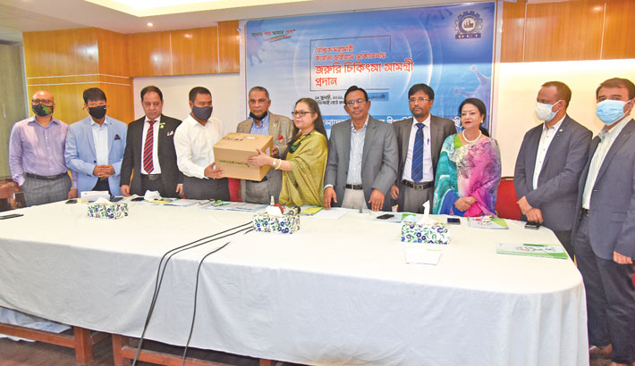 Bangladesh Chamber of Industries (BCI) Acting President Priti Chakrabarty hands over oxygen cylinders to Faridpur Chamber of Commerce and Industry President Md Siddiqur Rahman at BCI office at Motijheel in the capital on Wednesday. Delwar Hossain Raja, Rehana Rahman, Joshoda Jibon Debnath and Zia Haider Mithu were also present on the occasion.