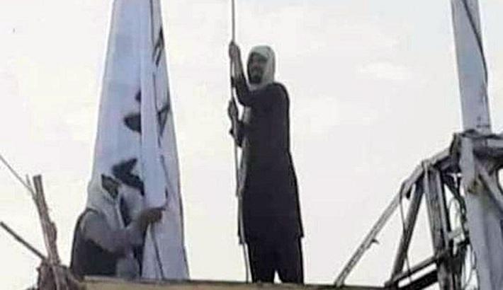 Taliban flag raised above Afghan-Pakistan border