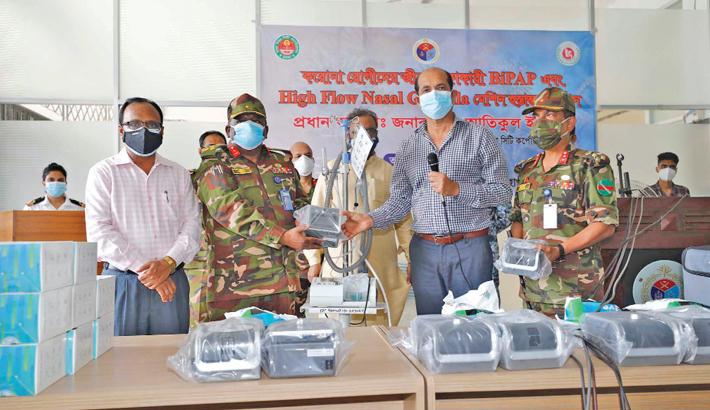 DNCC Mayor Atiqul Islam hands over emergency medical supplies, including HFNC, BiPAP and CPAP, to the authorities of dedicated Covid-19 hospital in the capital's Mohakhali on Thursday. —SUN PHOTO