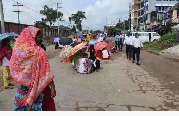 'Unpaid' garment workers block Gazipur road, disperse after sudden showers
