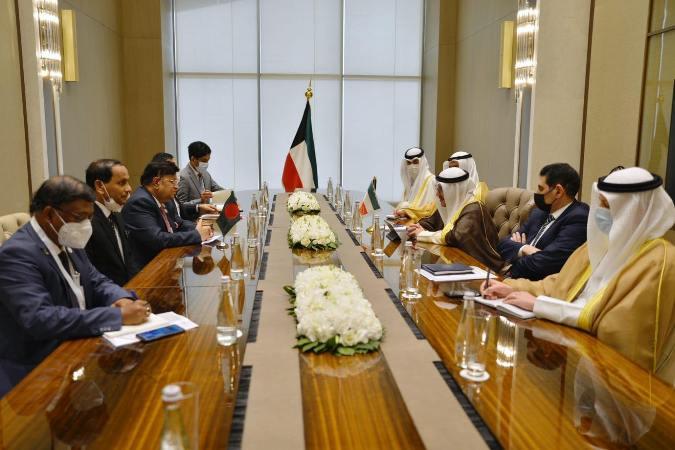 Momen holds talk with Kuwaiti FM in Tashkent
