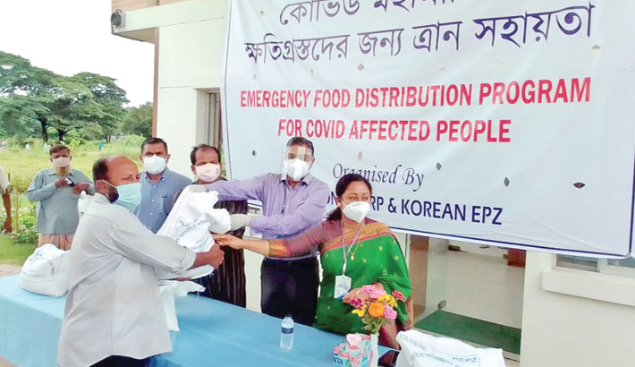 Korean EPZ Managing Director Mohammad Shahjahan hands over relief item to a person affected by the corona pandemic on behalf of the Youngone Corporation and Korean EPZ at the EPZ's Office at Anwara upazila in the district on Monday. Upazila Nirbahi Officers of Anwara and Karnaphuli upazilas were present among others. A total of 1,000 bags of relief and 10,000 masks were also handed over to the relief fund of the Chattogram deputy commissioner on that day.