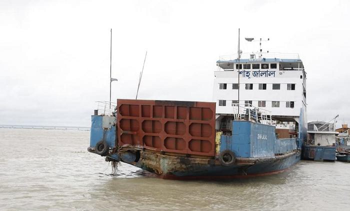 GD filed, police quiz ferry master over hitting Padma bridge pillar