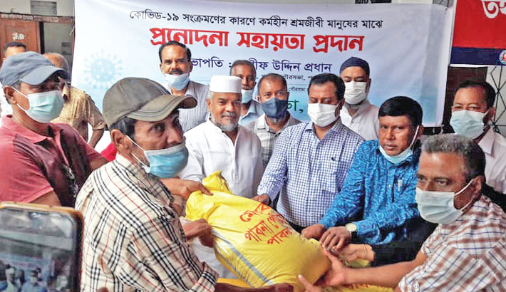 Pabna Deputy Commissioner Biswas Russell Hossain on Tuesday inaugurates relief distribution programme organised by Pabna municipal authorities. Around 1,200 unemployed working people affected by the corona situation in the country received the goods.— Sun Photo