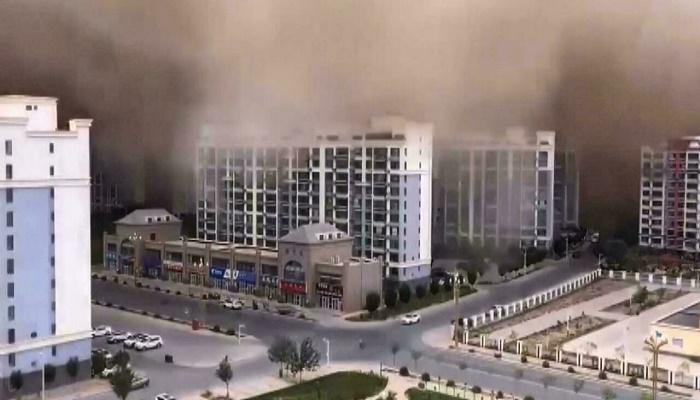 Sandstorm engulfs desert city in China