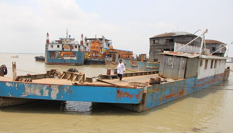 Bad weather halts ferry services on Shimulia-Banglabazar route