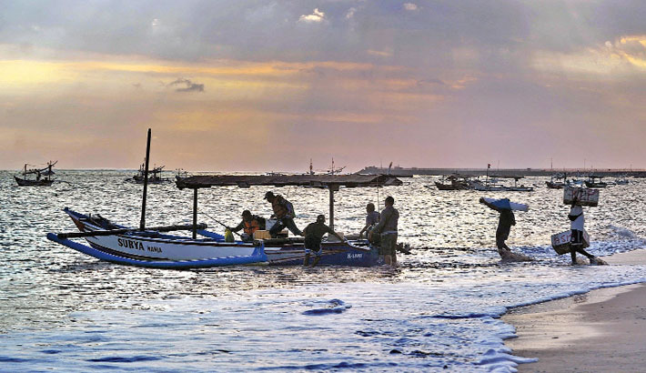 Kedonganan, Indonesia : Fishermen prepare to set off to sea in their outrigger boat from Kedonganan beach near Denpasar, Indonesia's Bali island, on Friday.— AFP PHOTO