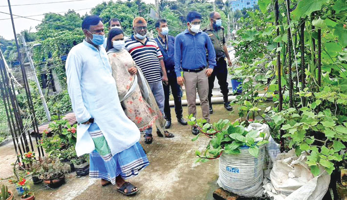 A mobile court of Dhaka South City Corporation inspects a rooftop-garden of a building for breeding grounds of Aedes mosquitoes in the city on Saturday.—SUN PHOTO