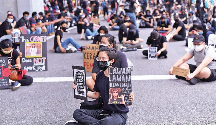 Malaysians protest against govt despite corona curbs
