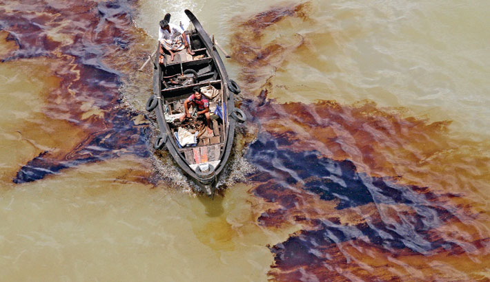Burnt oil released from ships floats in the Karnaphuli river, causing serious damage to the biodiversity of the lifeline of Chattogram city. Dumping of waste materials into the river also continues unabated, polluting the river. The photo was taken from Shah Amanat Bridge in the city on Wednesday.– Rabin chowdhury