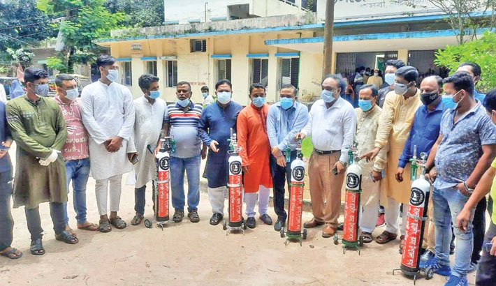 Kasba Upazila unit of Bangladesh Awami Chhatra League on Wednesday hands over oxygen cylinders to Kasba Upazila Health Complex for corona patients. – Sun Photo