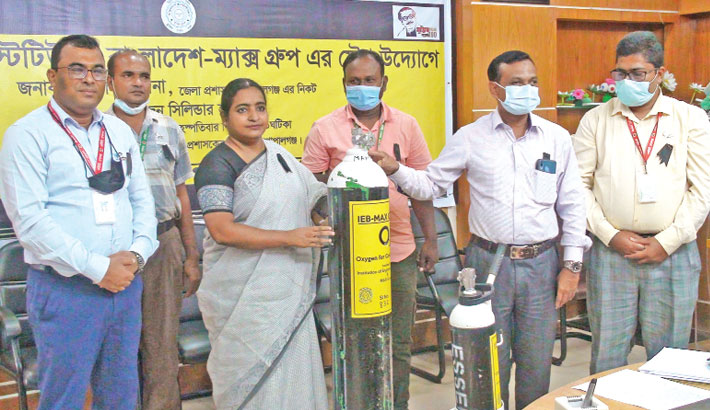 Executive Engineer of Local Government Engineering Department (LGED) of Gopalganj Md Ehsanul Haque in cooperation with the Institution of Engineers, Bangladesh (IEB) and Max Group hands over oxygen cylinders to facilitate treatment of corona infected patients. Deputy Commissioner of Gopalganj Shahida Sultana received the cylinders at her office on Thursday.— Sun Photo