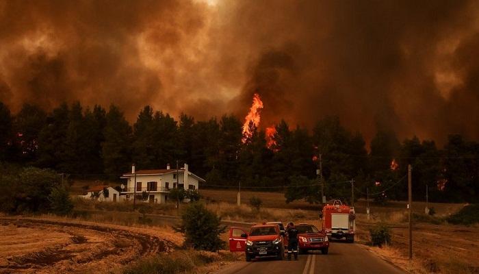Greece fires spread uncontrolled, killing a fireman