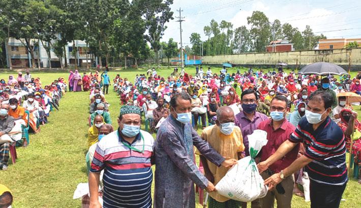 Bashundhara Group distributes relief in Sirajganj
